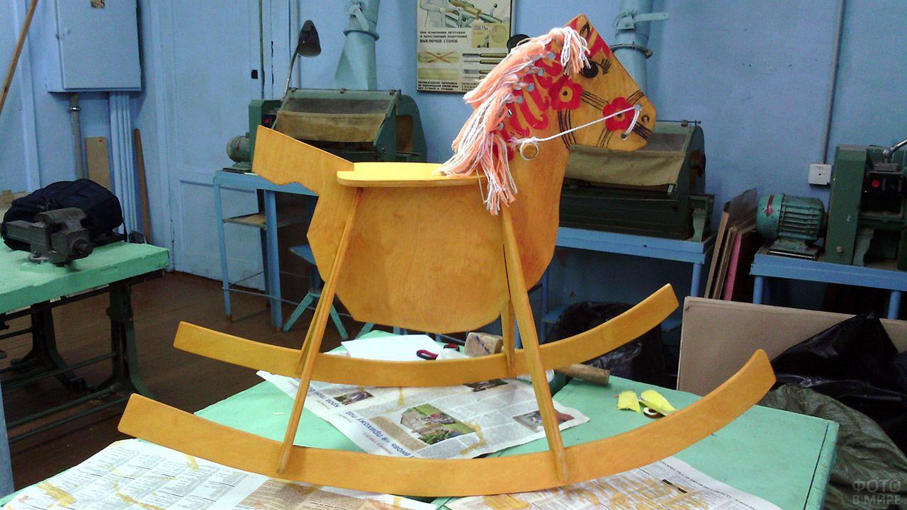 Забавная лошадка-качалка в мастерской