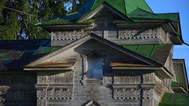 Архангельская резьба по дереву на фасаде старого дома