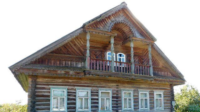 Балкон с колоннами деревянного дома в русском стиле