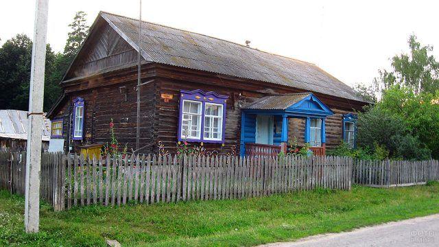 Деревенский дом с синим крыльцом