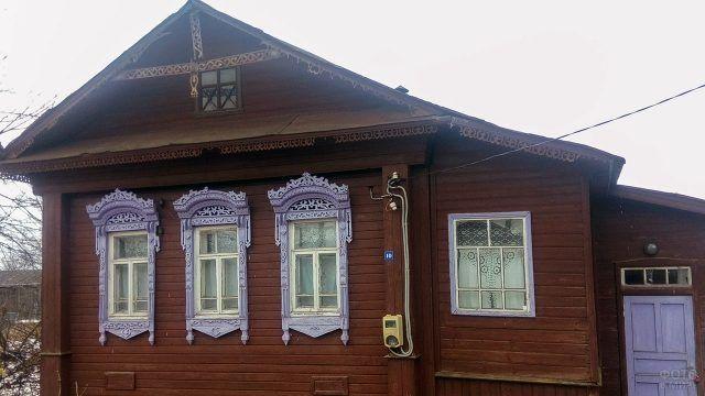 Деревянный дом с сиреневыми наличниками в Ивановской области