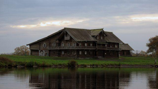 Дом Ошенева на озере Кижи