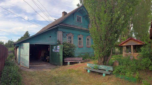 Двор деревенского дома в наши дни