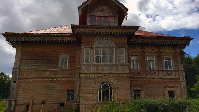 Фасад деревянного дома в Чухломе