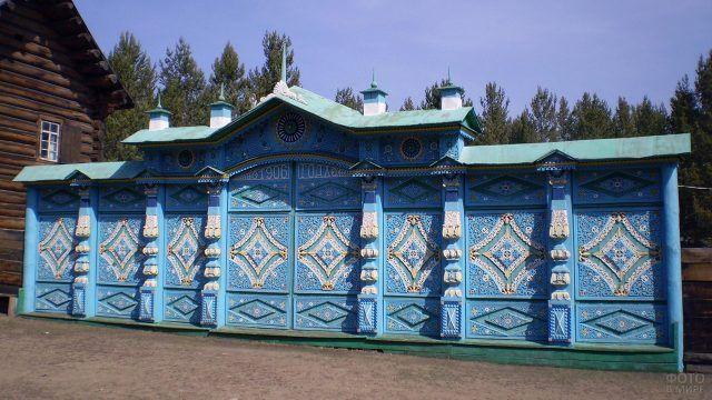 Голубые резные ворота 1906 года