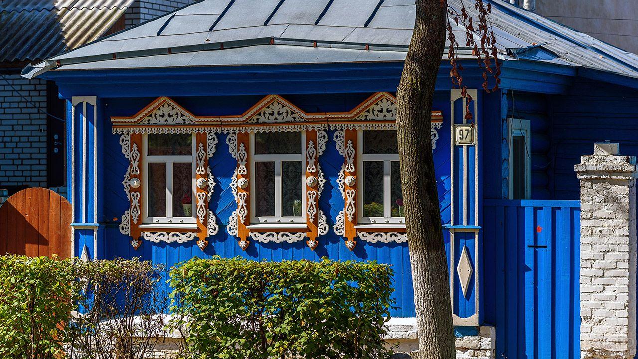 Яркий деревянный дом с резьбой в русском стиле