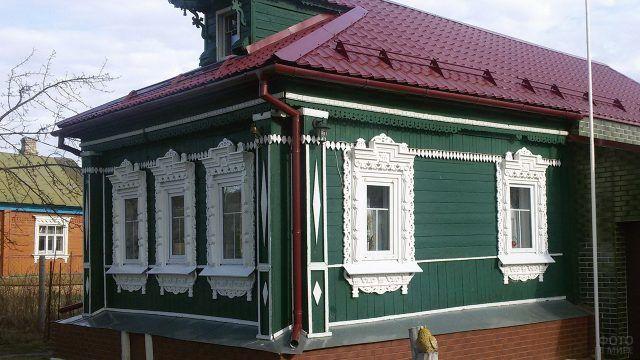 Отреставрированный деревенский дом с резными наличниками