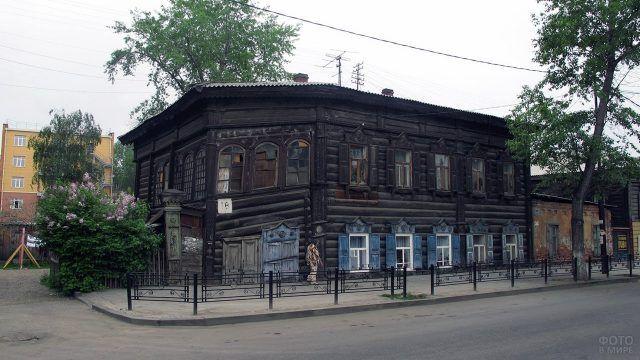 Покосившийся бревенчатый дом в Иркутске