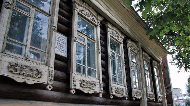 Резные наличники на фасаде дома-памятника в Тюмени