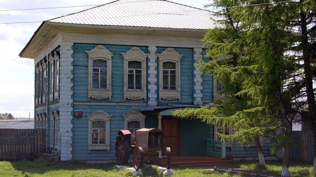 Сельский двухэтажный дом