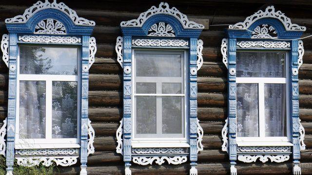 Старый деревянный дом с голубыми наличниками