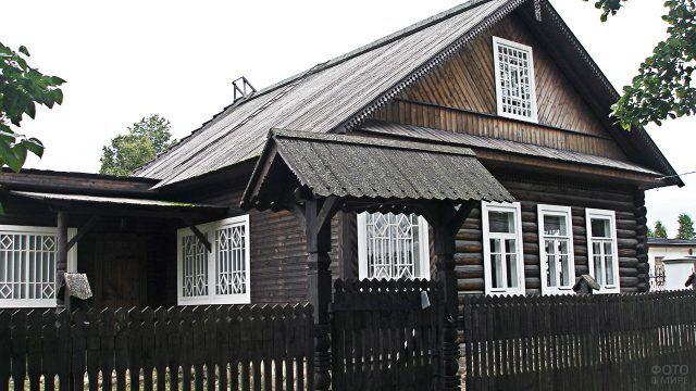 Старый деревянный дом с воротами