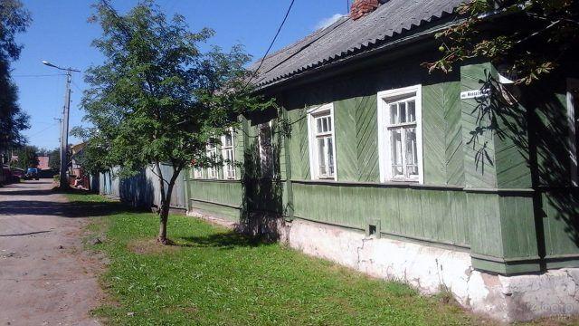 Зелёный деревенский дом в Старой Руссе
