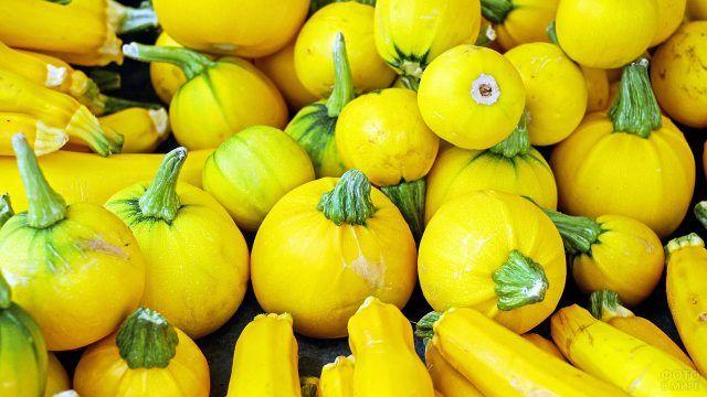 Груда жёлтых цукини