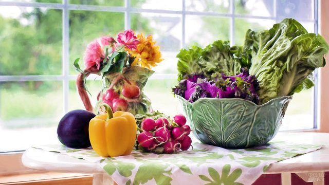 Перец баклажан редис и листья салата на кухонном столе загородного дома