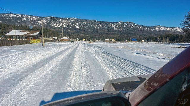 Автотрасса к хребту Зигальга на Южном Урале зимой
