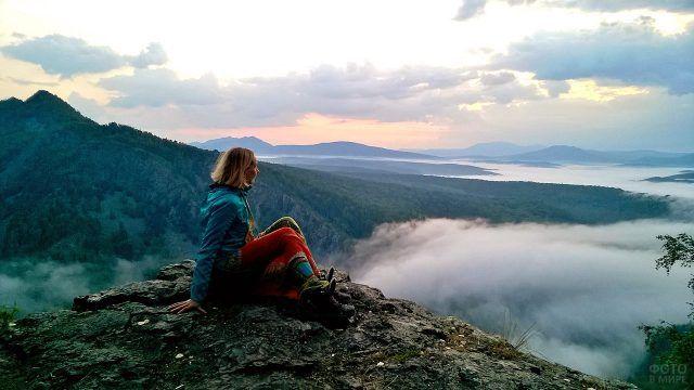 Девушка на вершине хребта Караташ на Южном Урале