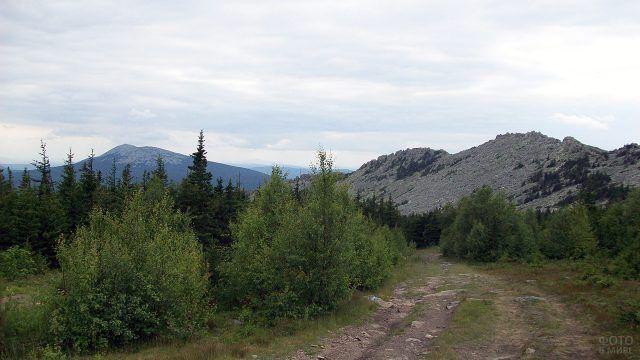 Дорога на гребне Дальнего Таганая на Южном Урале