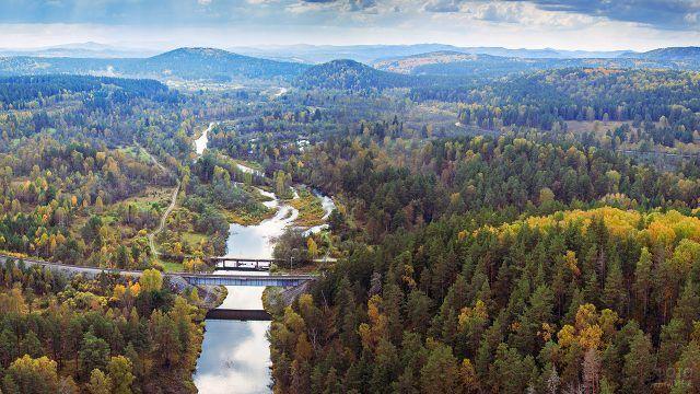Фантастический вид на мост через реку с высоты птичьего полёта на Южном Урале