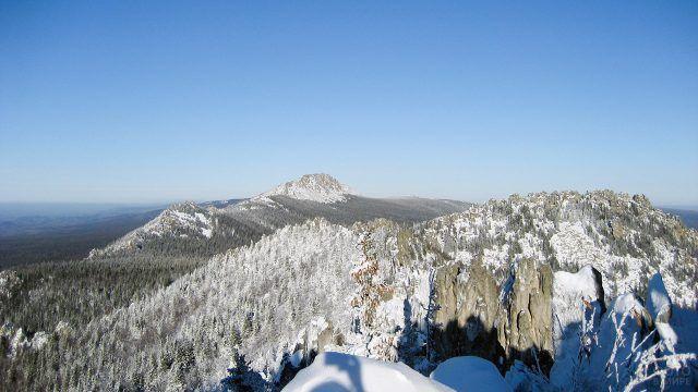 Гора Двуглавая сопка на зимнем Урале