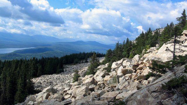 Курумник на склоне хребта Зюраткуль на южном Урале