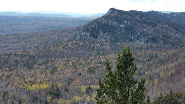 Осенний вид с вершины хребта Бакты на Урале