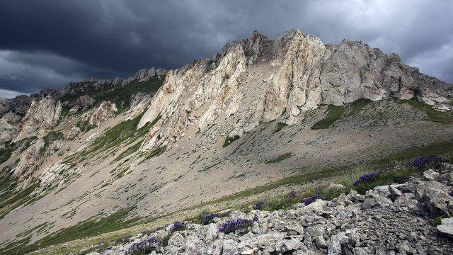 Пасмурное небо над хребтом Итмень в горах Башкирского Урала