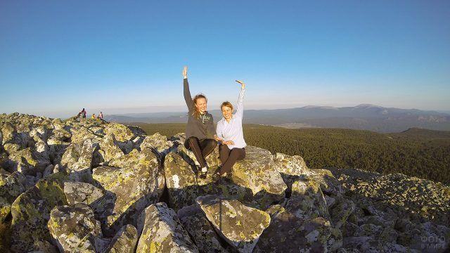 Счастливые юные туристки на вершине хребта Зигальга на Урале