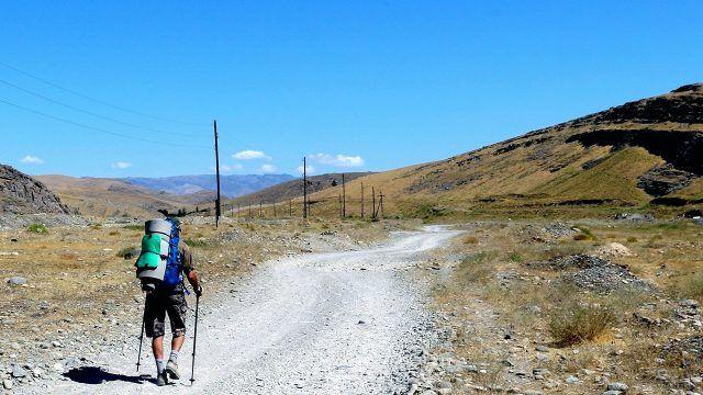 Турист на дороге к вершине хребта Каратау на Южном Урале