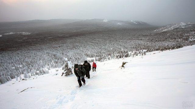 Туристы идут в гору на Южном Урале