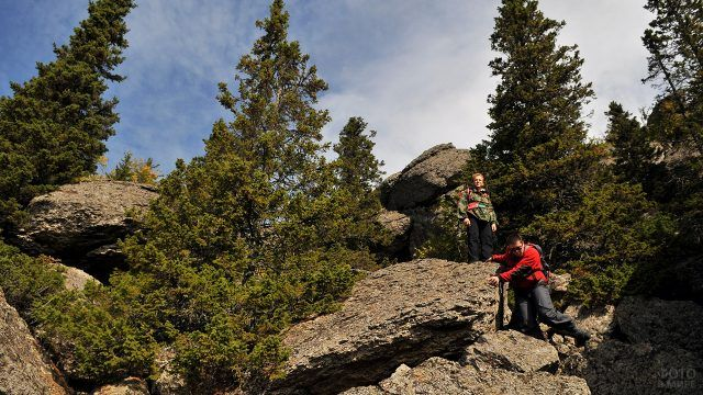 Туристы на склоне хребета Крыктытау на Урале