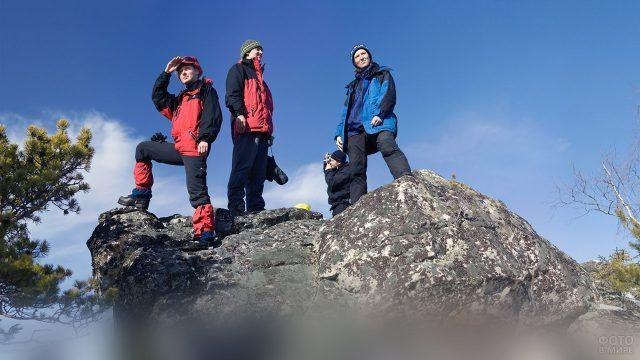 Туристы позируют на хребте Бакты в уральских горах