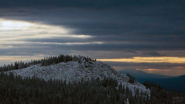 Вершина хребта Большая Сука на Южном Урале на фоне вечернего неба