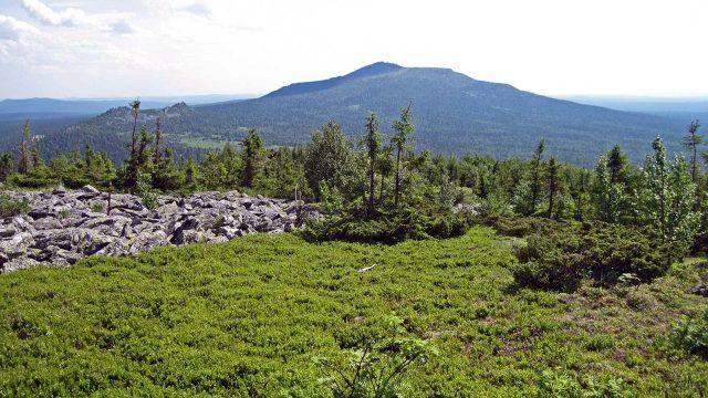 Вид на хребет Басеги на Среднем Урале