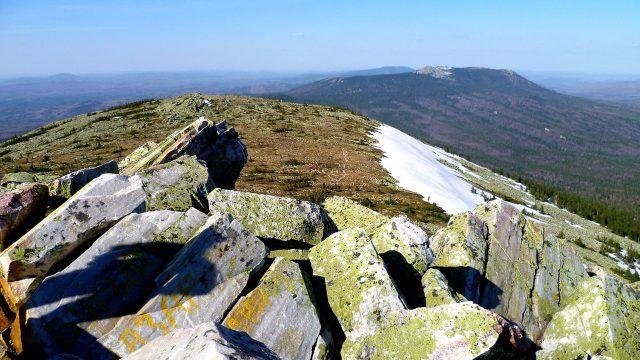Вид на хребет Таганай с горы Круглица на Южном Урале