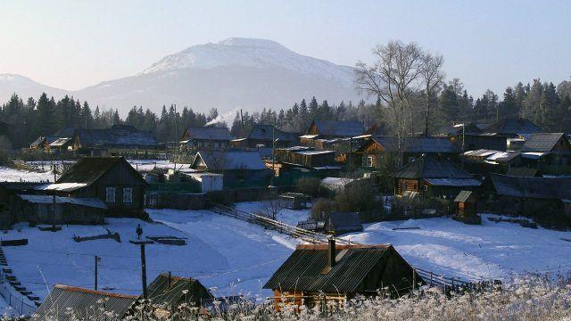 Зимний посёлок у подножья горы Южного Урала