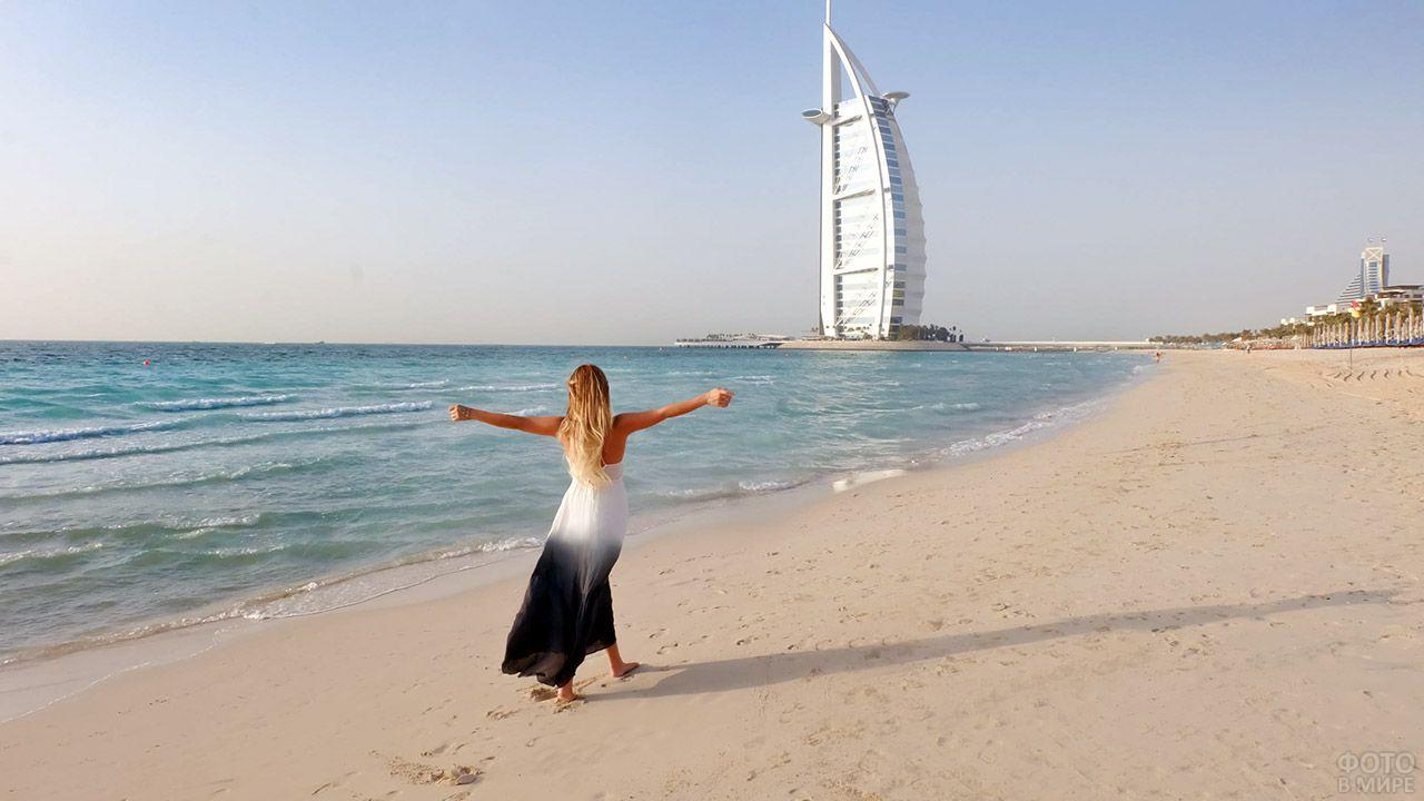 Девушка на фоне отеля-парус на берегу моря