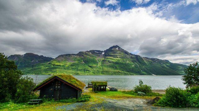 Домик на берегу фьорда в Норвегии