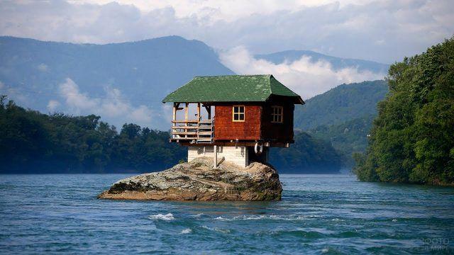 Домик на островке посреди озера
