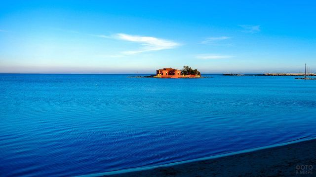 Глиняный дом на островке в синем море