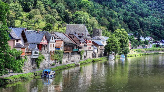 Каменные дома немецкой деревни на берегу реки
