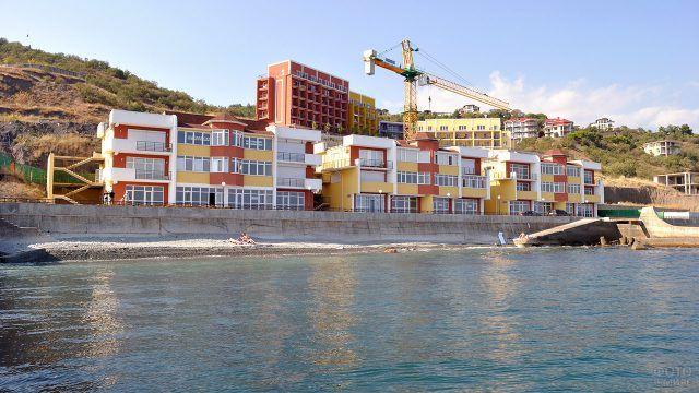 Многоквартирный жилой комплекс на берегу моря в Алуште