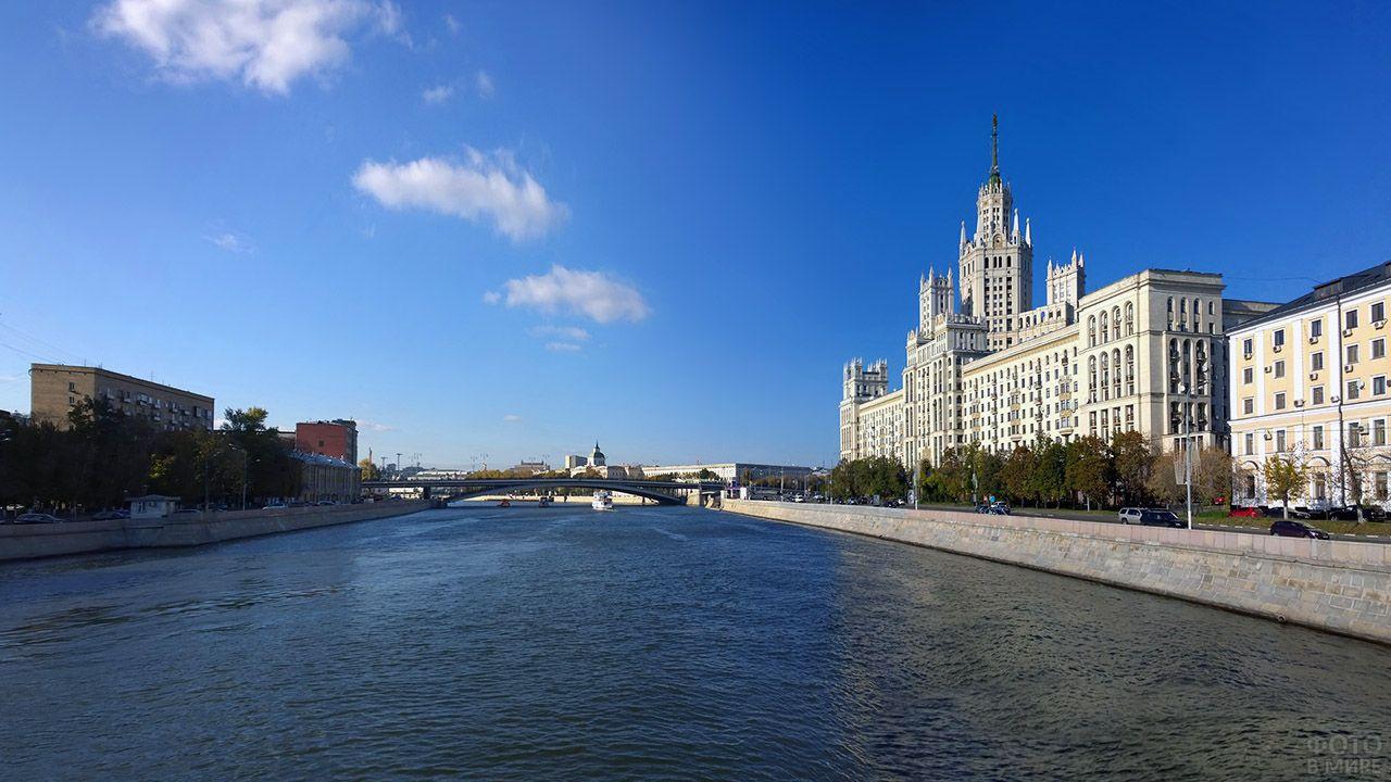 Сталинская высотка на берегу Москвы-реки