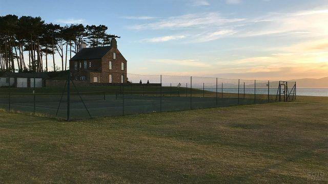 Старинный дом с площадкой для тенниса на берегу моря