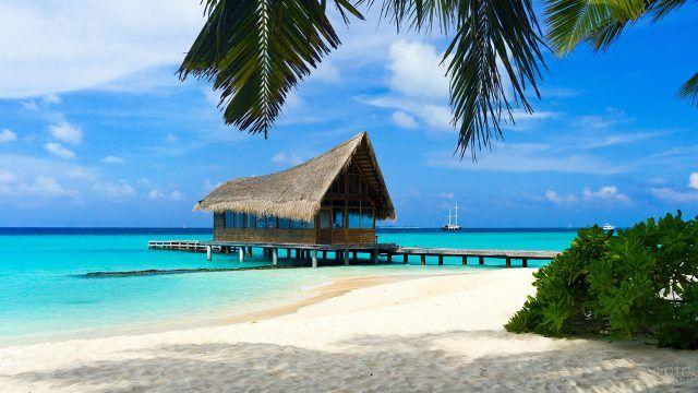 Тропическая хижина на мелководье на Багамах