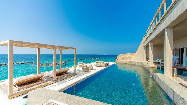 Вилла с бассейном на берегу моря