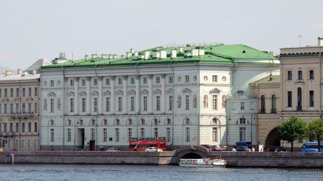 Здание Эрмитажного театра на набережной Санкт-Петербурга