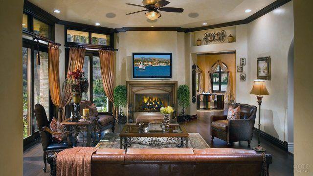 Бежевый интерьер классической гостиной с камином
