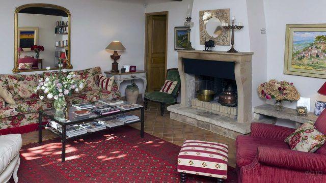 Бежевый камин в английской гостиной с бордовыми акцентами