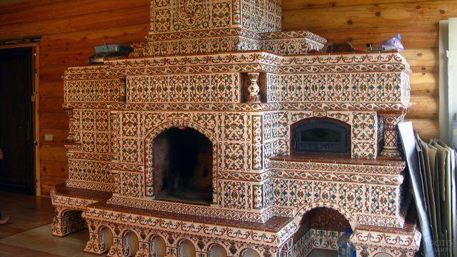 Изразцовая плитка на камине в народном стиле